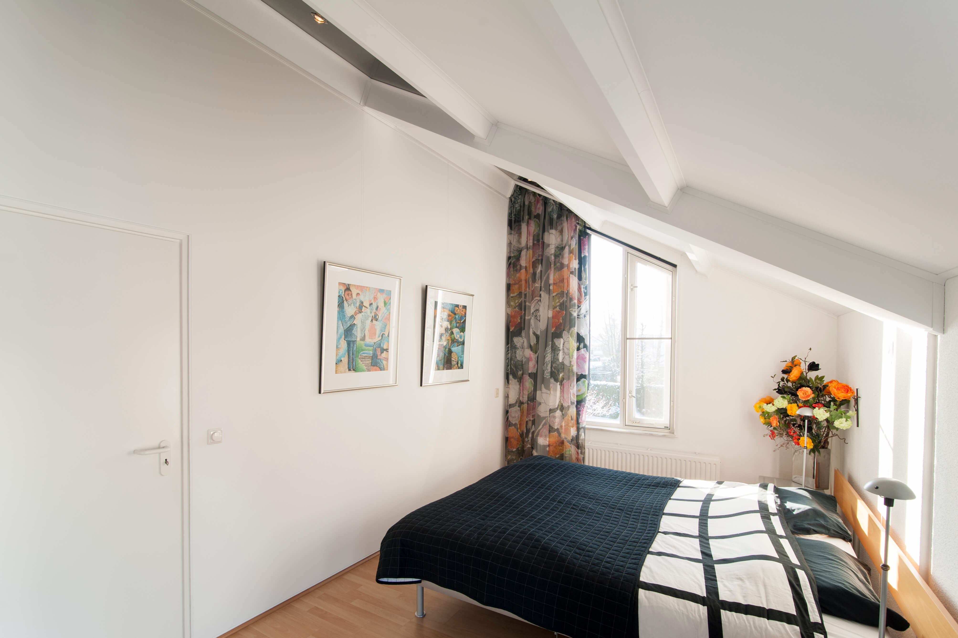 Woonkamer aan de muur op een grijze geel - Deco woonkamer aan de muur wit ...